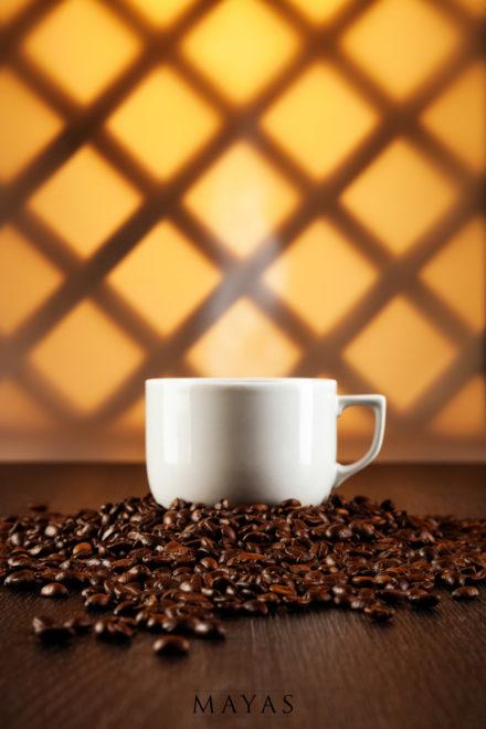 Kaffeetasse auf Kaffeebohnen im Kaffeehaus