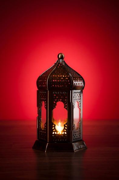 Werbefotografie orientalische Laterne vor rotem Grund