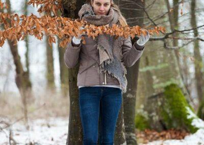 Modell im winterlichen Wald