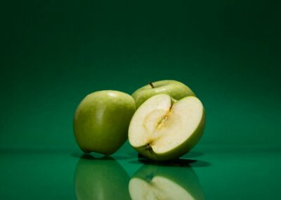 Stillifefotografie Grüner Apfel auf grünem Grund