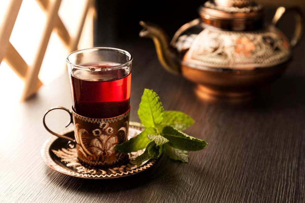 Werbefotografie-türkisches Teeservice mit rotem Tee