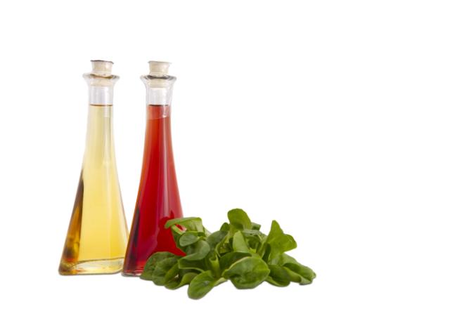 Professionelle Produktfotografie Essig und Öl mit Feldsalat